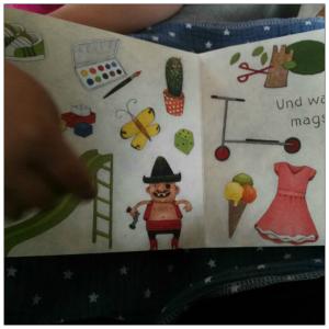Eine aufgeschlagene Buchseite auf der mehrere Dinge zu sehen sind, zB Eis, ein Kleid, ein Schmetterlink, ein Roller,...