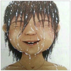 Ein Kind dem Wasser über den Kopf läuft, es lächelt glücklich.